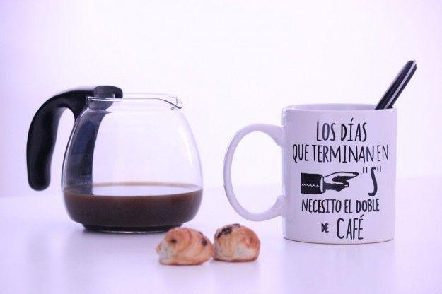 """Taza """"Los días que terminan en """"S"""" necesito el doble de café"""""""