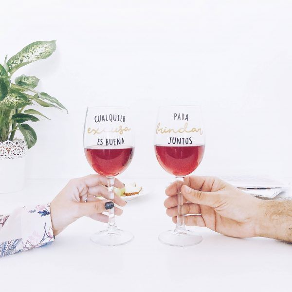 pack de copas de vino con mensaje
